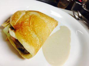 鮎コンフィとクリームチーズを包んだブリニ
